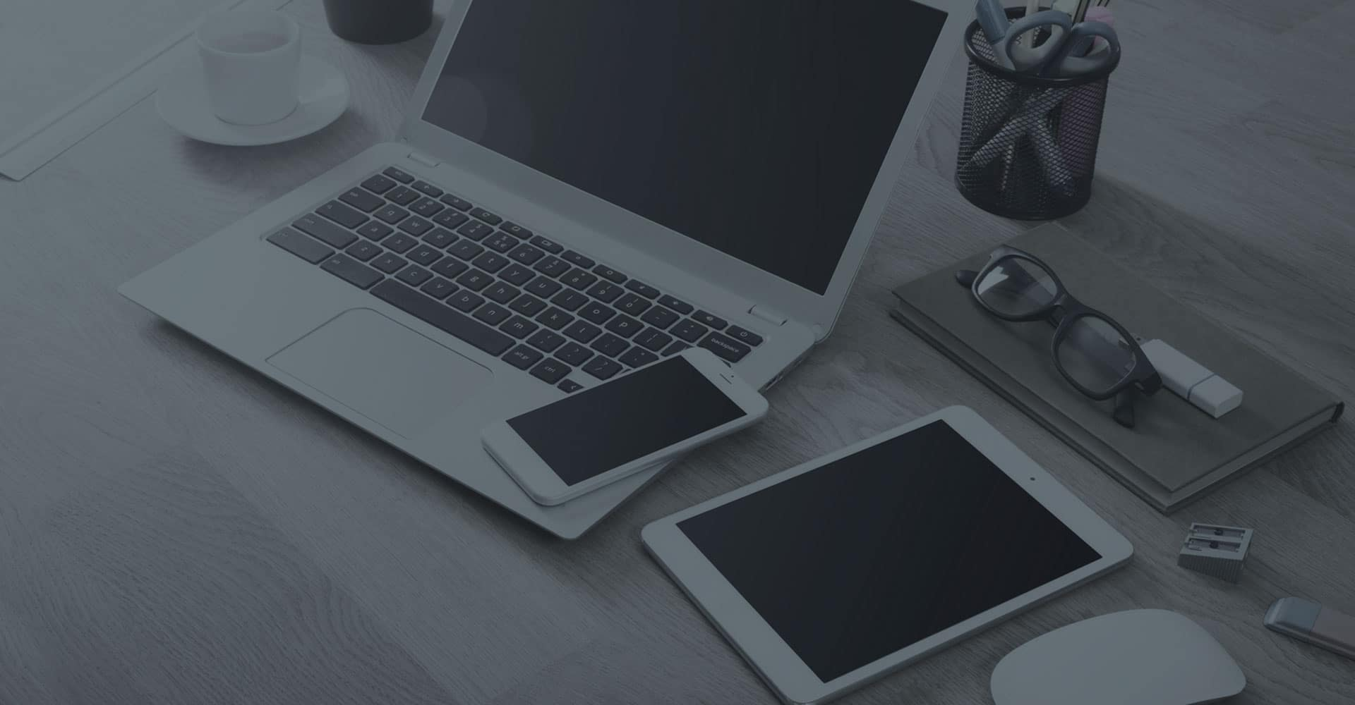 scrivania con dispositivi Apple