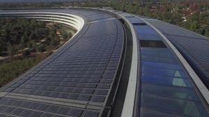 Apple Campus ricoperto di pannelli solari che forniscono energia pulita